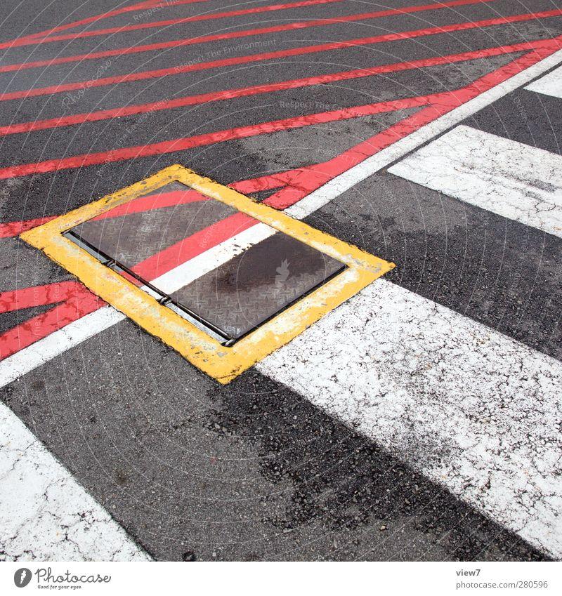 klappe alt Einsamkeit Straße Stein Linie Schilder & Markierungen Ordnung authentisch Verkehr Beton Beginn modern Luftverkehr Perspektive Hinweisschild Streifen