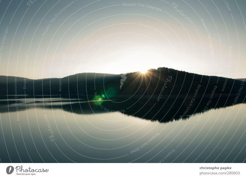Hinterm Berg halten Sonne ruhig Landschaft Umwelt Berge u. Gebirge Küste See leuchten Gipfel Seeufer Hügel Flussufer mystisch Glätte Fjord Blendenfleck