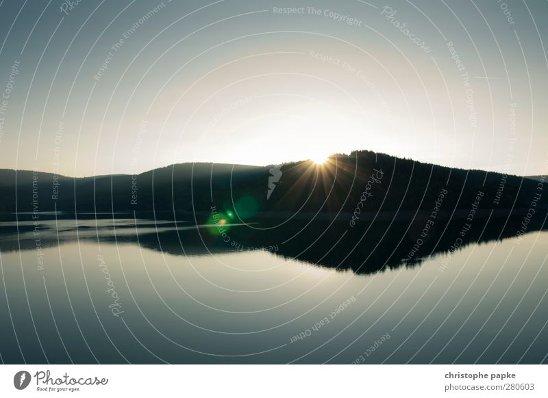 Hinterm Berg halten Umwelt Landschaft Sonne Sonnenaufgang Sonnenuntergang Sonnenlicht Hügel Berge u. Gebirge Gipfel Küste Seeufer Flussufer Fjord leuchten ruhig
