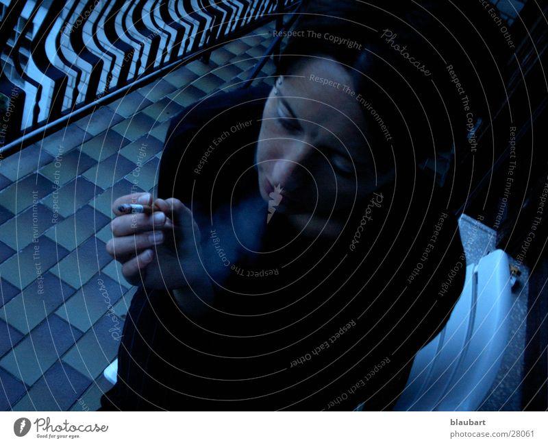 blauer Hauch Frau blau schwarz Coolness Zigarette