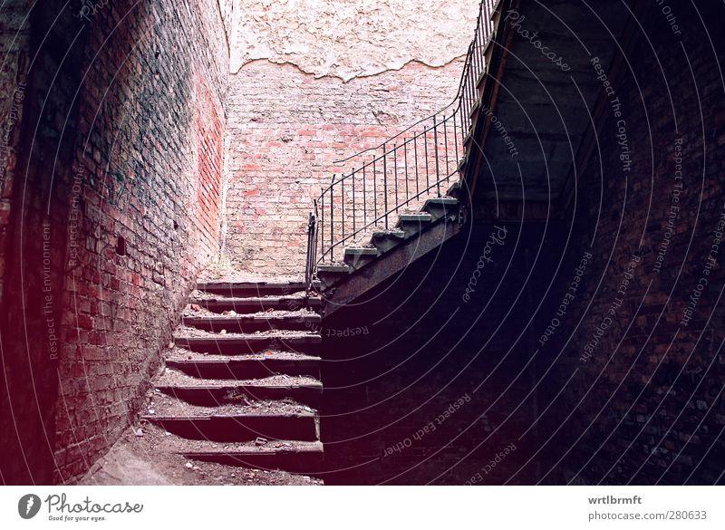 Stille Treppe alt rot Einsamkeit Haus dunkel Wand Mauer Gebäude braun dreckig Vergänglichkeit Geländer Bauwerk Verfall Ruine