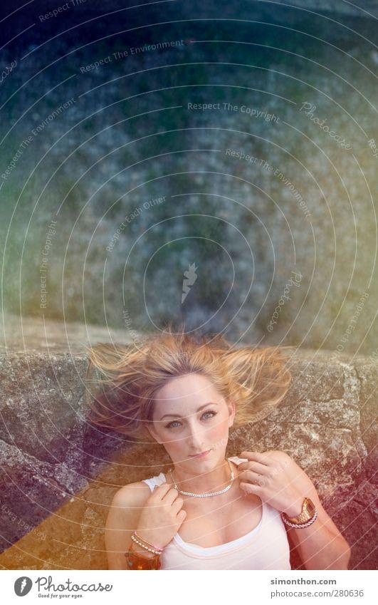 portrait Mensch Frau Jugendliche blau Erwachsene gelb feminin Junge Frau Mauer Stein träumen Felsen 18-30 Jahre blond liegen Burg oder Schloss
