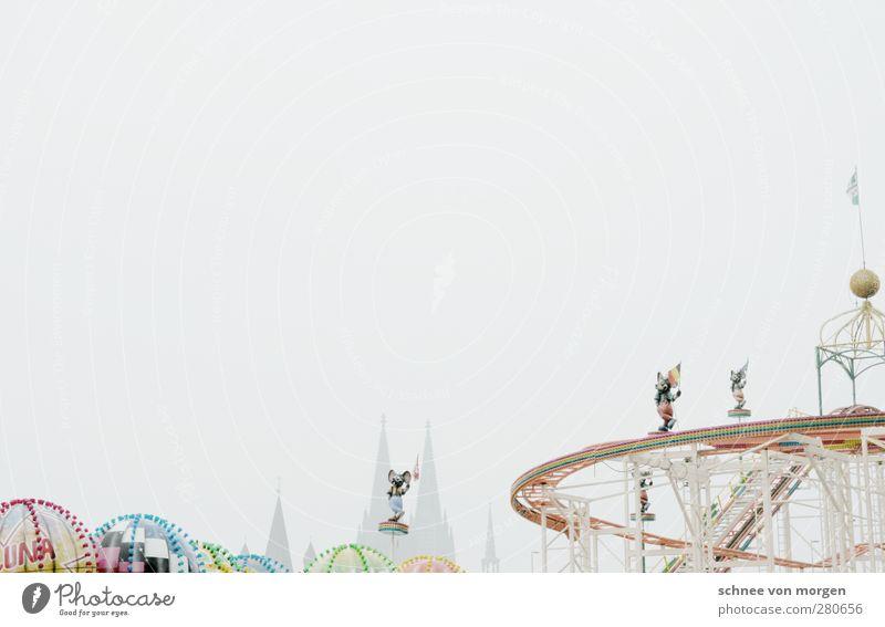 alles eine frage der priorität Himmel (Jenseits) weiß Winter grau Feste & Feiern Deutschland Tourismus Freizeit & Hobby Verkehr verrückt fahren Bauwerk Fahne Wolkenloser Himmel Jahrmarkt Dom