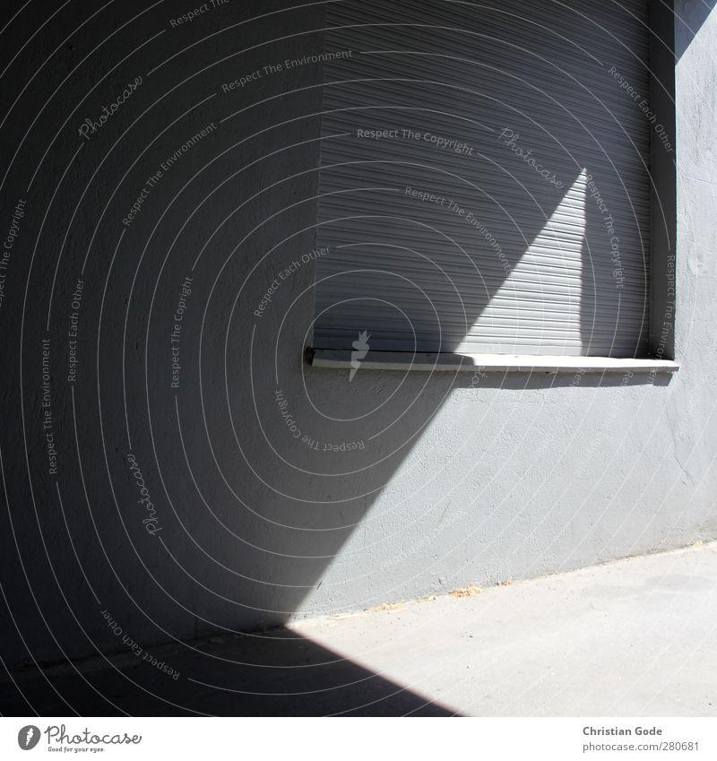 Lichtgeometrie Stadt Menschenleer Haus Einfamilienhaus Bauwerk Gebäude Architektur Mauer Wand Fenster Stein Beton grau Rollladen Lichtspiel Lichterscheinung
