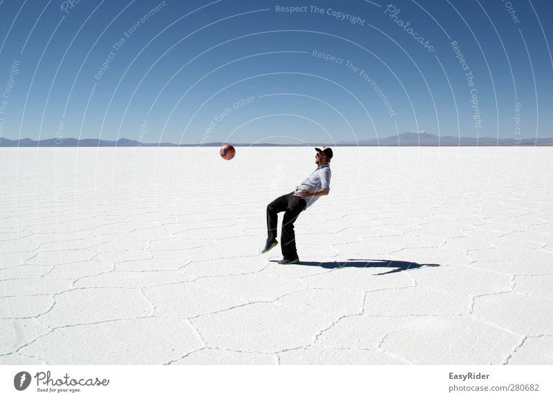 Weißer Rasen Fußball Fußballplatz Mensch maskulin Junger Mann Jugendliche 1 Landschaft Erde Wolkenloser Himmel Dürre Felsen See Salzsee Wüste Salzwüste