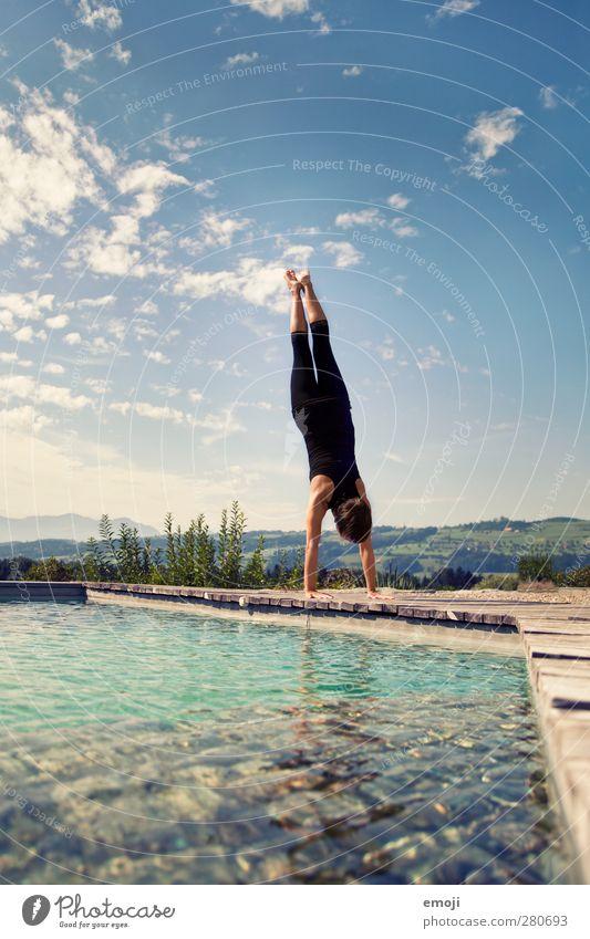 stand Mensch Himmel Jugendliche Wasser Erwachsene feminin Junge Frau 18-30 Jahre Schönes Wetter Schwimmbad sportlich muskulös Handstand Turner androgyn