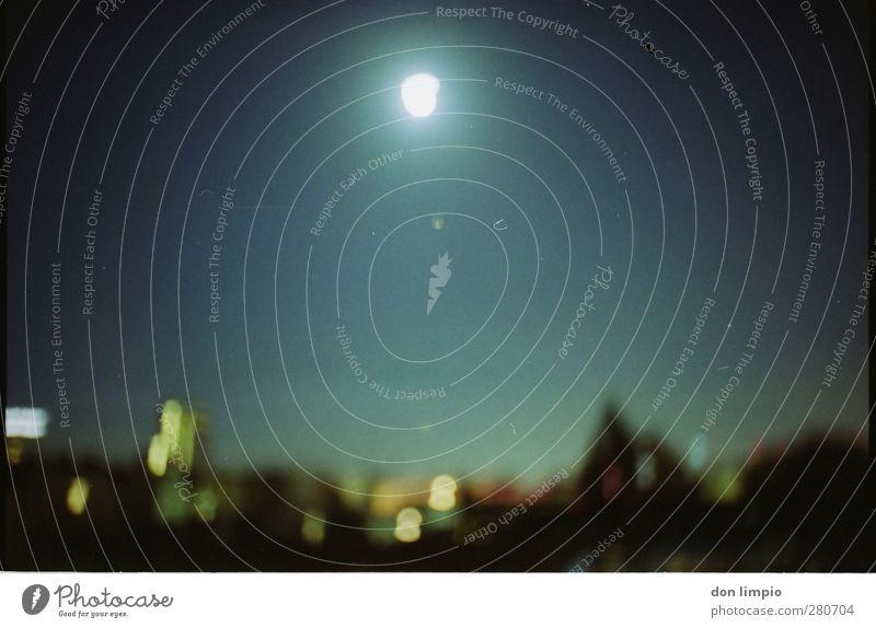 der mond ist meine sonne Nachthimmel Horizont Mond Vollmond Stadt Stadtzentrum bevölkert glänzend leuchten Ferne Stimmung Mittelpunkt Perspektive analog