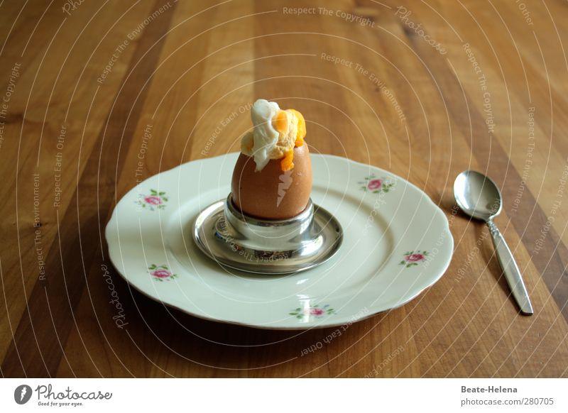 Herbei zum Überraschungsei ... Lebensmittel Hühnerei Ernährung Frühstück Teller Besteck Löffel Tisch Essen Holz genießen sitzen natürlich braun gelb weiß