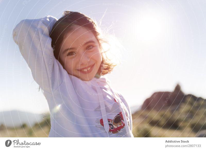 Das kleine Mädchen genießt und spielt im Sonnenlicht auf dem Hügel. niedlich Tag Hintergrundbild Feld hübsch Freiheit Frühling Gras Natur schön Mensch Frau