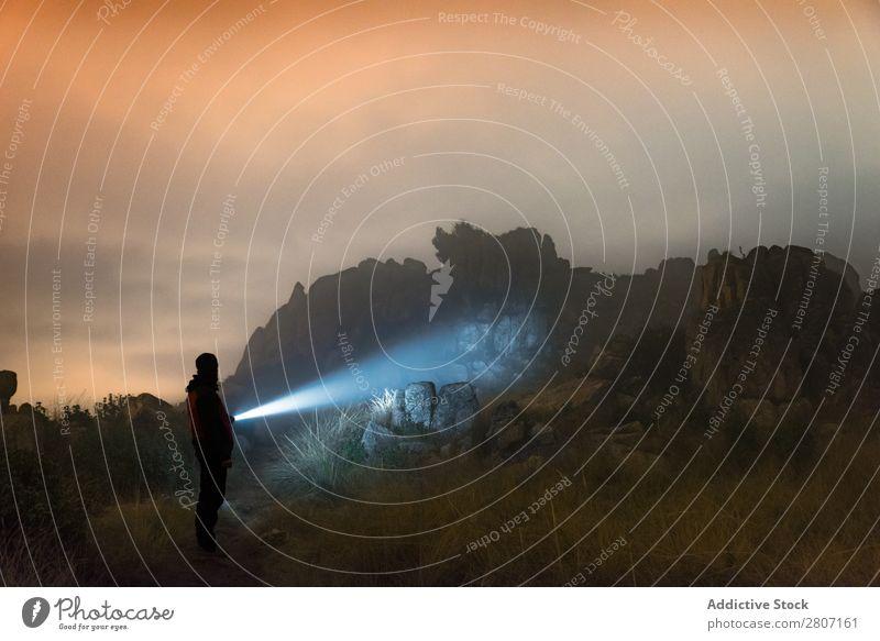 Mann mit Taschenlampe bei Nacht in den Bergen Abenteuer erkunden Berge u. Gebirge Lifestyle Einsamkeit Laterne Nebel Wald Natur schwarz Landschaft