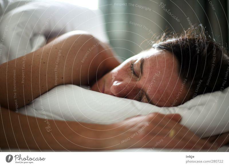 Täglich grüßt das Murmeltier Erholung ruhig Freizeit & Hobby Häusliches Leben Bett Raum Schlafzimmer Frau Erwachsene Gesicht 1 Mensch 30-45 Jahre genießen
