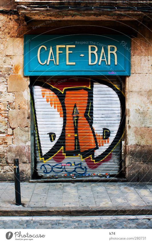 CAFE BAR DAD blau Stadt Haus Graffiti Wand Straße Mauer Holz Stein Metall orange Fassade Tür warten geschlossen Coolness