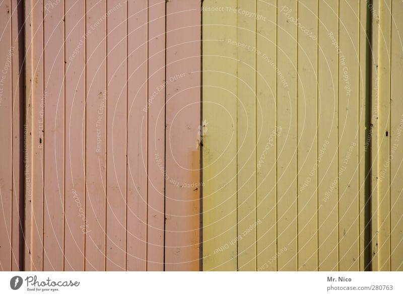 zweifarbig Hütte Gebäude Fassade Tür gelb rosa Verschiedenheit Holz außergewöhnlich Strukturen & Formen minimalistisch alt Modernisierung Holztür Altbau