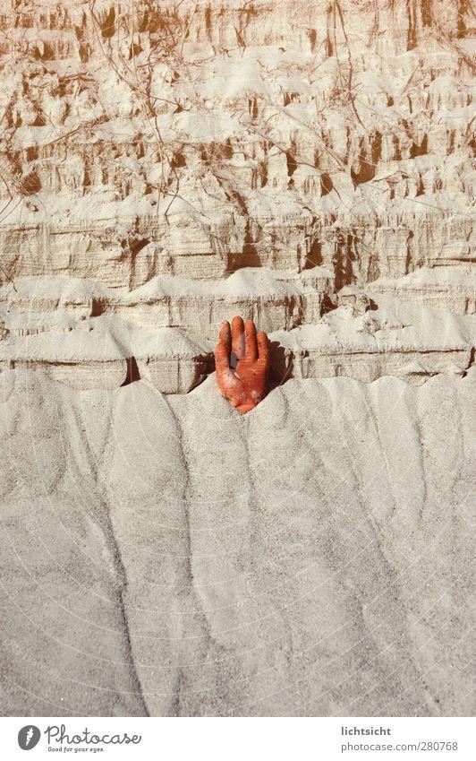 Hand im Sand Finger Umwelt Urelemente Küste Strand orange verschütten Demontage Halt stoppen gefährlich Risiko herausragen Handschuhe Steilwand Klippe