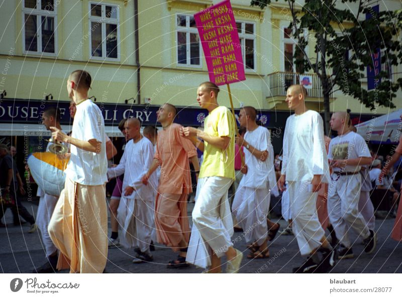 """Backwaren"" aus Prag Jugendliche Bewegung Menschengruppe marschieren Sekte"