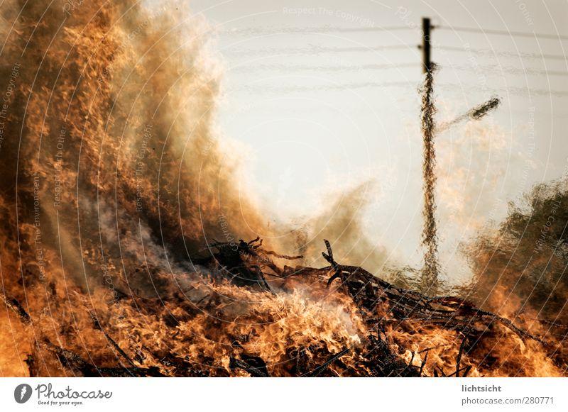 Feuer! Urelemente Klima Klimawandel Wärme Dorf heiß Waldbrand Osterfeuer Scheiterhaufen Strommast Oberleitung Desaster Dürre Luftspiegelung Flamme Farbfoto