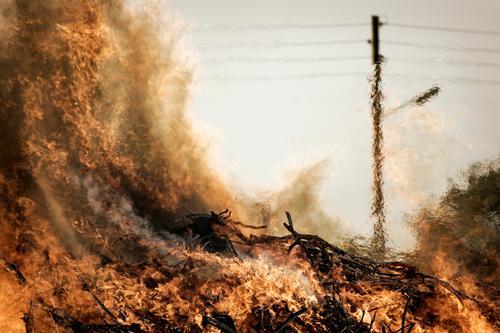 Feuer! Wärme Klima Urelemente heiß Dorf Strommast Flamme Desaster Klimawandel Dürre Oberleitung Osterfeuer Waldbrand Luftspiegelung Scheiterhaufen