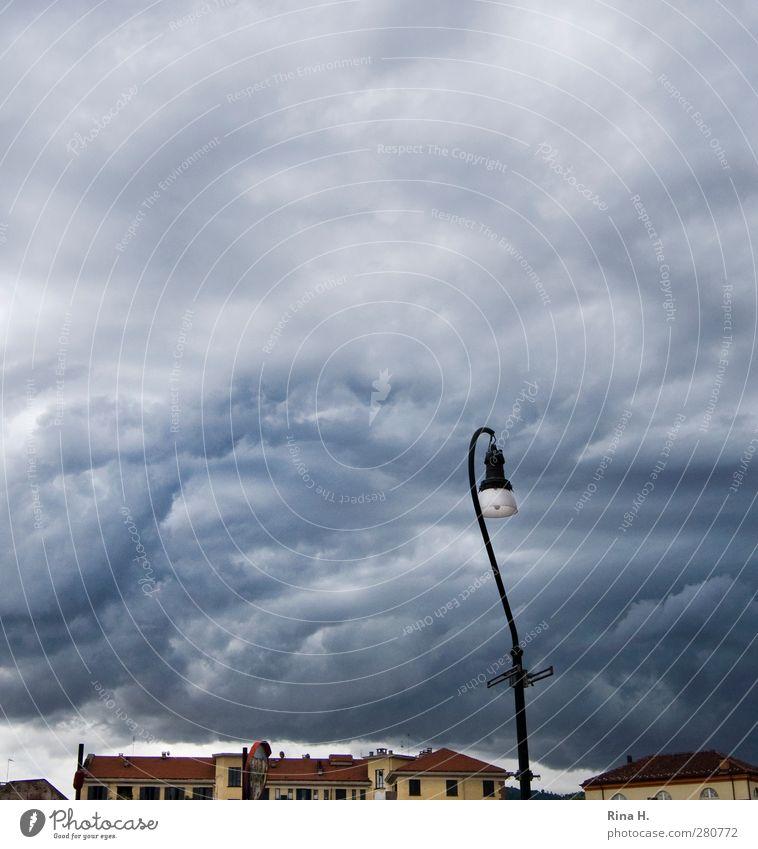 Dunkle Wolken Gewitterwolken Sommer Klima Unwetter Wind Stadt Haus dunkel Straßenbeleuchtung Laterne bedrohlich Quadrat Farbfoto Außenaufnahme Menschenleer Tag