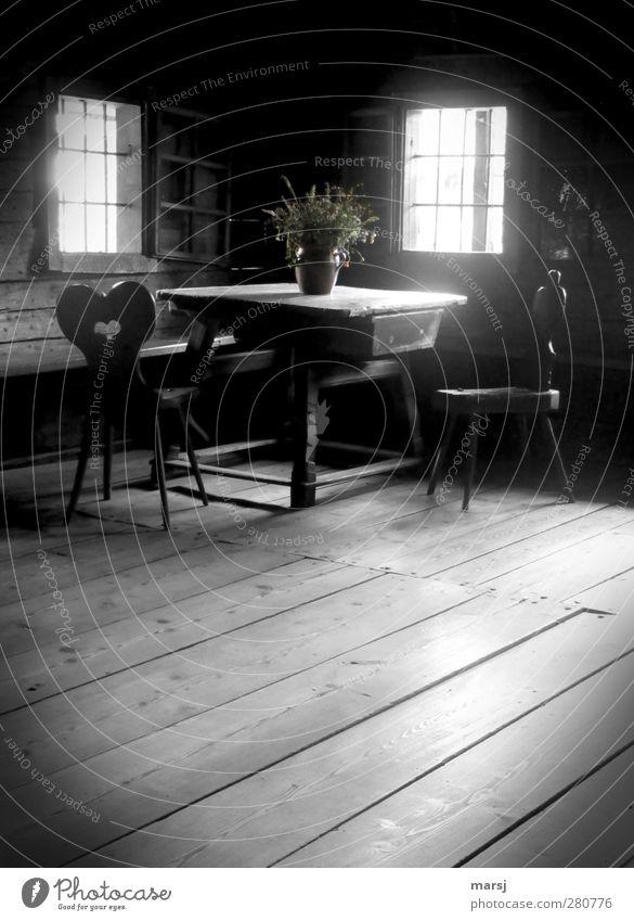 Die gute alte Stube alt schwarz Fenster dunkel Holz Innenarchitektur Raum Wohnung authentisch Tisch Häusliches Leben Dekoration & Verzierung Bodenbelag Stuhl historisch Blumenstrauß