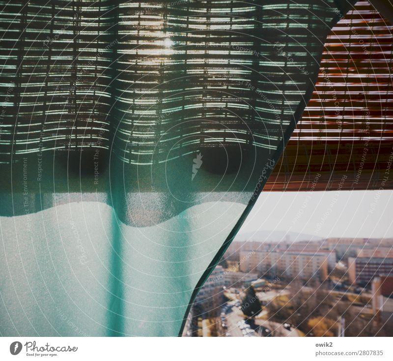 Sonnig draußen Haus Fenster Straße Deutschland PKW leuchten Neugier Fahrzeug Vorhang Stadtrand Plattenbau Kleinstadt bevölkert Schleier dezent Jalousie