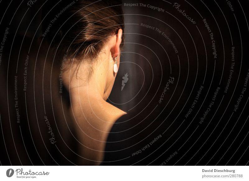 Moment der Ruhe feminin Junge Frau Jugendliche Erwachsene Leben Haut Kopf Haare & Frisuren Ohr 1 Mensch 18-30 Jahre schwarz weiß Mitgefühl trösten ruhig