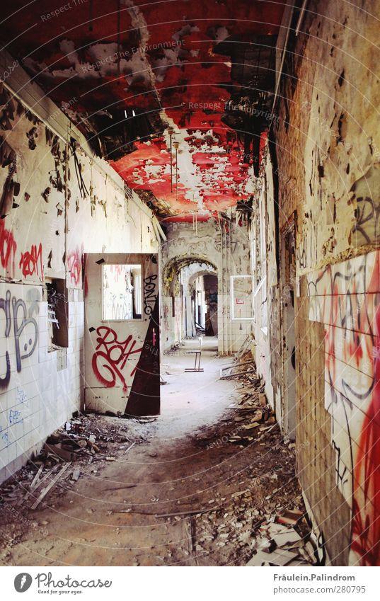 warteraum². Haus Industrieanlage Fabrik Ruine Fassade Fenster Tür alt sitzen Armut bedrohlich dunkel gruselig hässlich kalt rot Gastfreundschaft authentisch