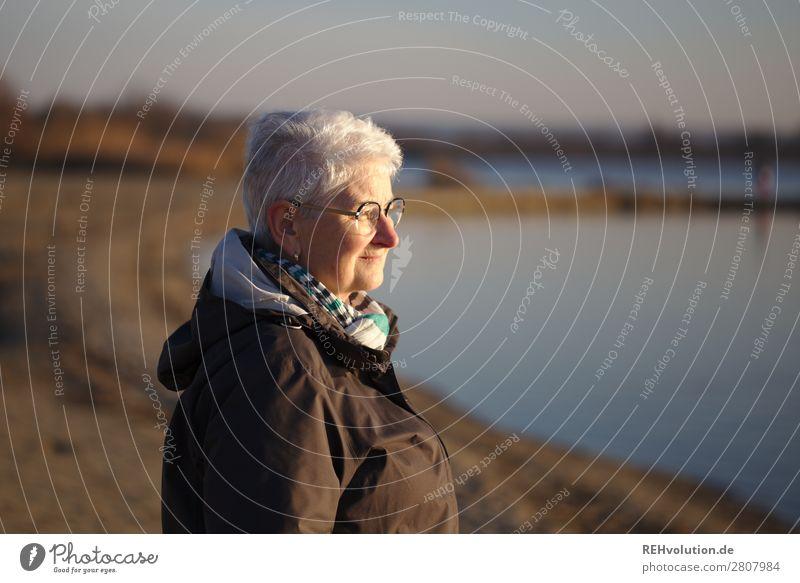 Seniorin sieht in die Ferne Frau Mensch Natur alt Landschaft Erholung ruhig Lifestyle Leben Umwelt Frühling natürlich feminin See