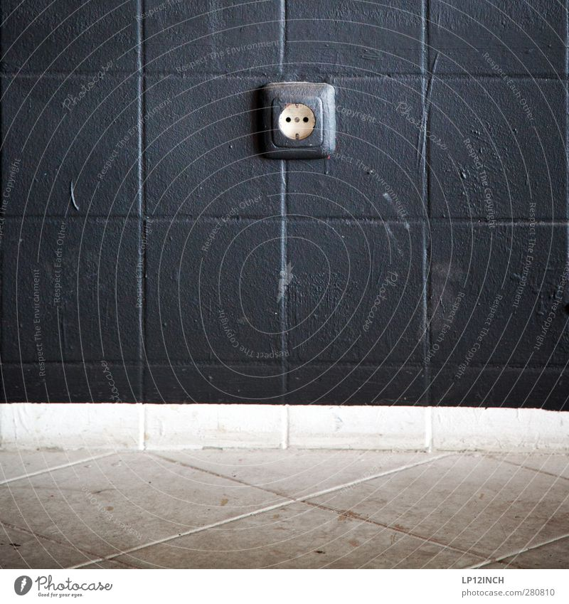 Strom LinksRechts Energiewirtschaft Haus Mauer Wand retro trashig grau schwarz Symmetrie Steckdose Elektrizität dreckig Stromverbrauch Häusliches Leben Farbfoto