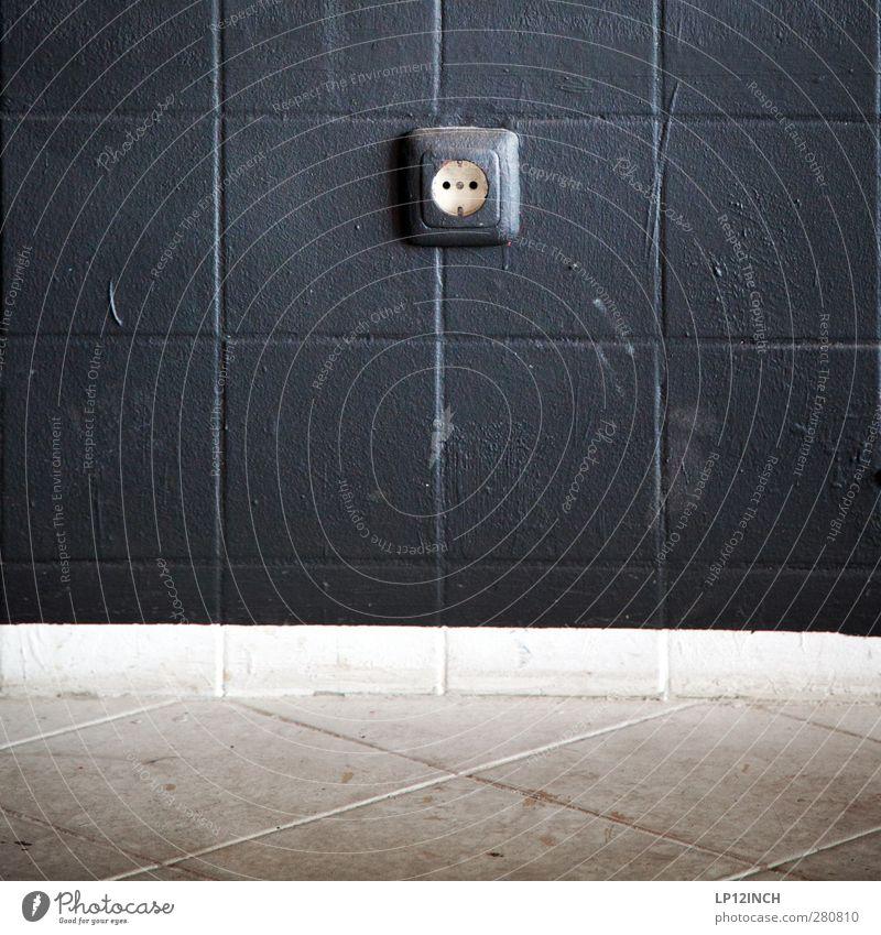 Strom LinksRechts Haus schwarz Wand Mauer grau Energiewirtschaft Häusliches Leben dreckig Elektrizität retro trashig Symmetrie Steckdose Technik & Technologie