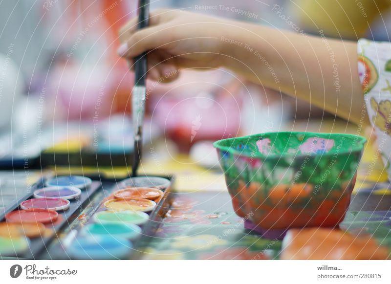 Kind malt mit Pinsel und Farbe Hand malen Freizeit & Hobby zu Hause kreativ Kindererziehung Kindergarten Schule Schulkind Kindheit Farbenwelt Farbkasten