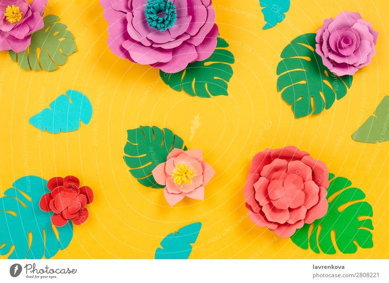 Tropischer floraler Hintergrund aus Papierblumen und Blättern geschnitten Gänseblümchen Lotos Philodendron Fensterblätter Papierkunst Handwerk Kunst Kreativität
