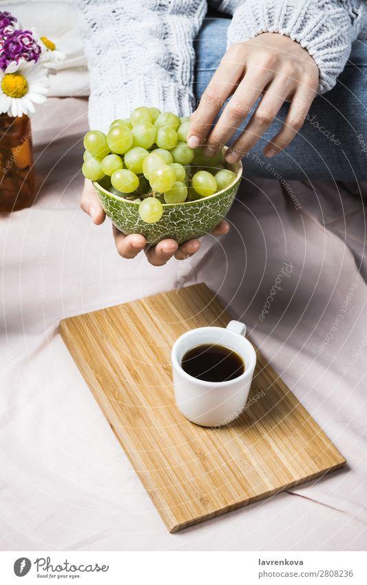 Frauenhände im Pullover mit Holzschale und Trauben Herbst Ernte gemütlich natürlich Sommer frisch Nahaufnahme Frucht organisch reif Essen Bett Bettwäsche Decke