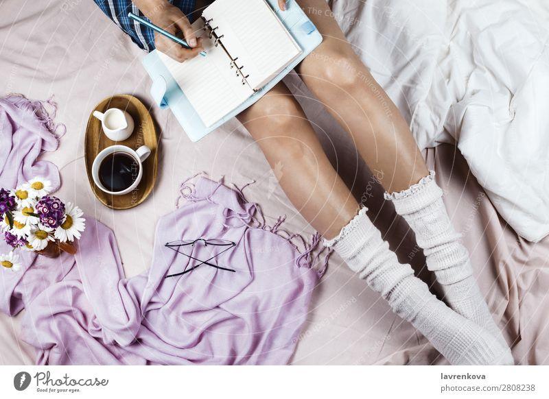 Flachlegen mit weiß gebräunter Frau in weißen Socken Brille gemütlich Winter Herbst flache Verlegung Hygge Bett Bettwäsche Getränk Decke Bettdecke Blumenstrauß