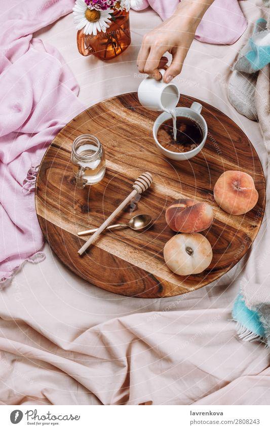 Flache Auflage des Holztabletts mit Tasse Kaffee, Pfirsichen, Kaffeesahne Becher Flachlegung flache Verlegung Schlafzimmer Frühstück Espresso Sirup Löffel
