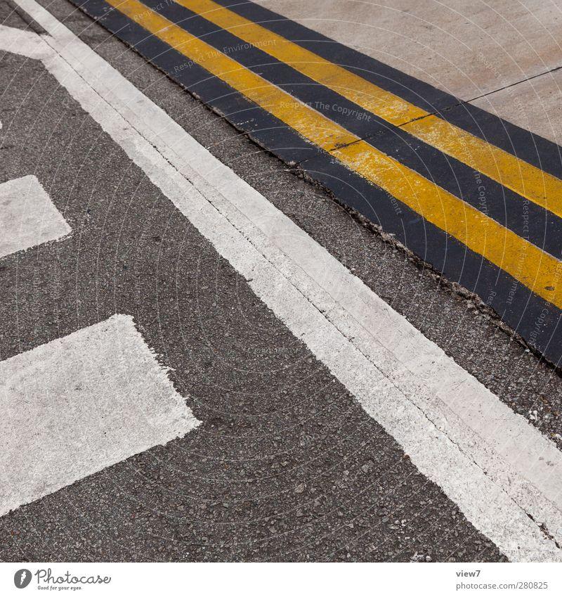 Landebahn alt weiß Einsamkeit gelb Straße Linie Schilder & Markierungen Ordnung authentisch Verkehr Beton modern Luftverkehr ästhetisch Perspektive Hinweisschild