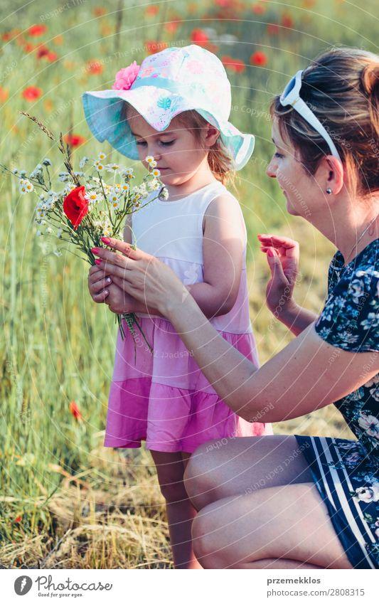 Frau Kind Mensch Natur Sommer Pflanze Farbe schön grün weiß Blume Freude Lifestyle Erwachsene Blüte Frühling