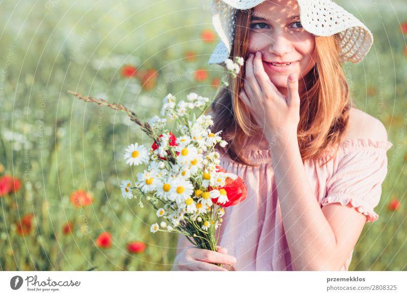 Schönes junges Mädchen im Feld der Wildblumen Lifestyle Freude Glück schön Sommer Garten Kind Mensch Frau Erwachsene Eltern Mutter Familie & Verwandtschaft 1