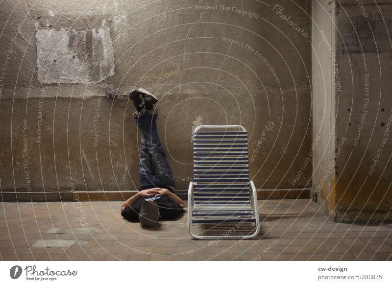 Liegen lernen Mensch Mann Jugendliche alt ruhig Erwachsene Erholung kalt Wand Spielen Mauer Junger Mann Stil Innenarchitektur 18-30 Jahre Raum