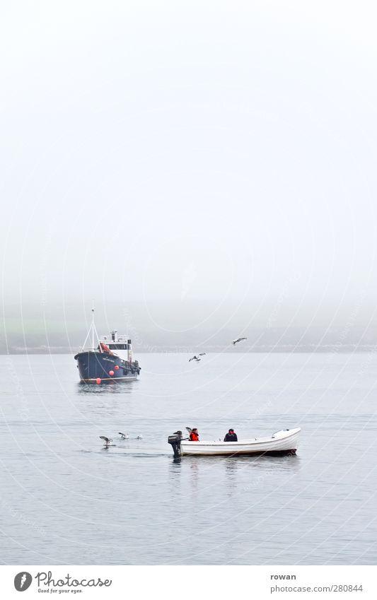 fischer Wasser schlechtes Wetter Nebel Wellen Küste Bucht Meer Schifffahrt Bootsfahrt Fischerboot Sportboot Motorboot Wasserfahrzeug kalt nass blau geduldig