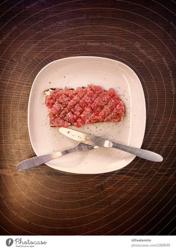 Mettbrot auf Tisch weiß rot oben Holz Essen Metall braun Lebensmittel Tisch Kreis Küche Quadrat Brot Teller Besteck Salz