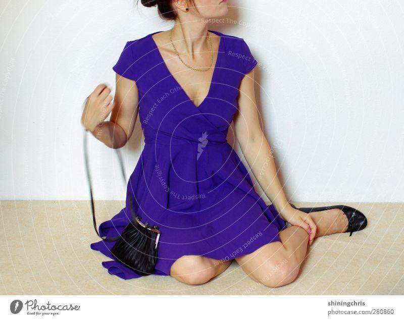 rien ne va plus Mensch Frau Jugendliche schön Junge Frau 18-30 Jahre Erwachsene Mode Party elegant sitzen Kleid dünn violett Veranstaltung Schmuck