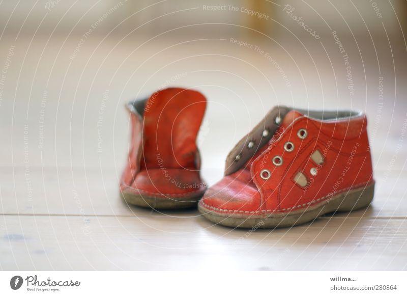 den kinderschuhen entwachsen... alt weiß rot klein Schuhe Kindheitserinnerung Nostalgie Leder gebraucht kindlich Mensch Öse Kinderschuhe