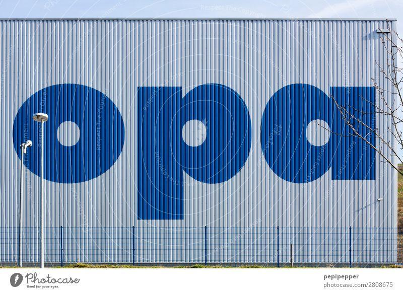OPA Beruf Arbeitsplatz Fabrik Großeltern Senior Architektur Industrieanlage Mauer Wand Fassade Stahl Schriftzeichen Schilder & Markierungen Linie Streifen blau