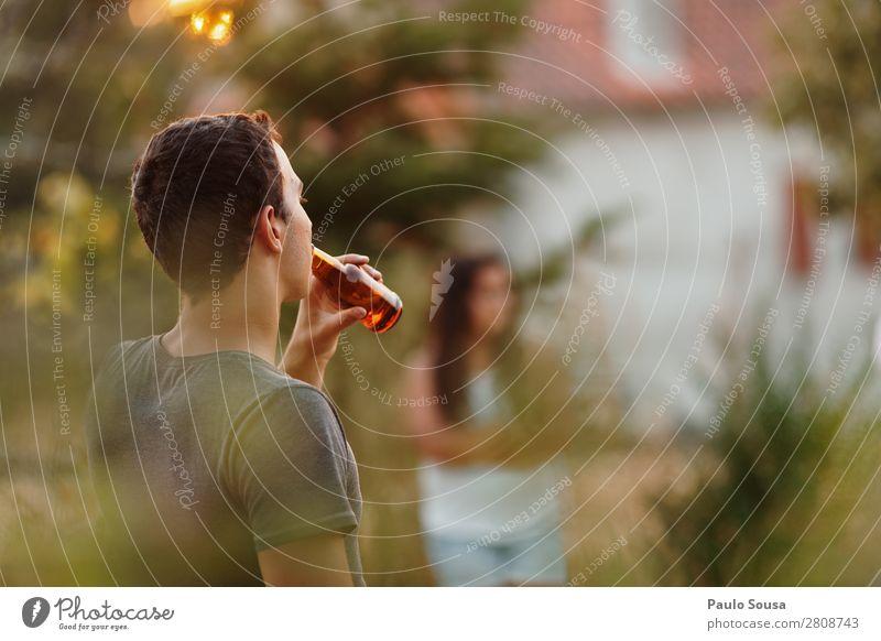 Bier trinken Flasche Sommerurlaub Mensch maskulin Junger Mann Jugendliche Freundschaft 1 18-30 Jahre Erwachsene beobachten genießen Coolness Fröhlichkeit frisch