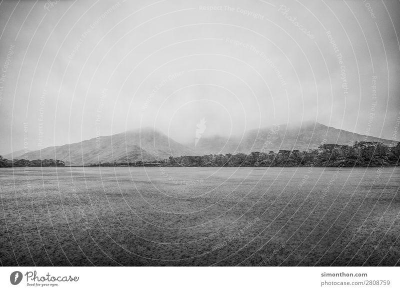 Irland Umwelt Natur Landschaft Wasser Wolken Gewitterwolken schlechtes Wetter Wind Regen Wald Felsen Berge u. Gebirge Gipfel Küste Seeufer Fluss grau