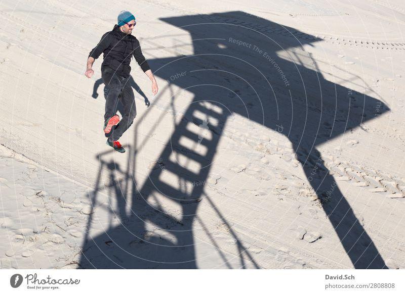 Schattenspiel Mensch maskulin Mann Erwachsene 1 30-45 Jahre Sand Schönes Wetter Küste Ostsee Sonnenbrille Mütze stehen dünn Freude Zufriedenheit Lebensfreude