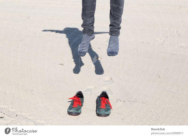 Abgehoben II maskulin Mann Erwachsene 1 Mensch Sand Schuhe Turnschuh Bewegung fliegen springen außergewöhnlich verrückt grün rot Freude Boden Fuß abgehoben
