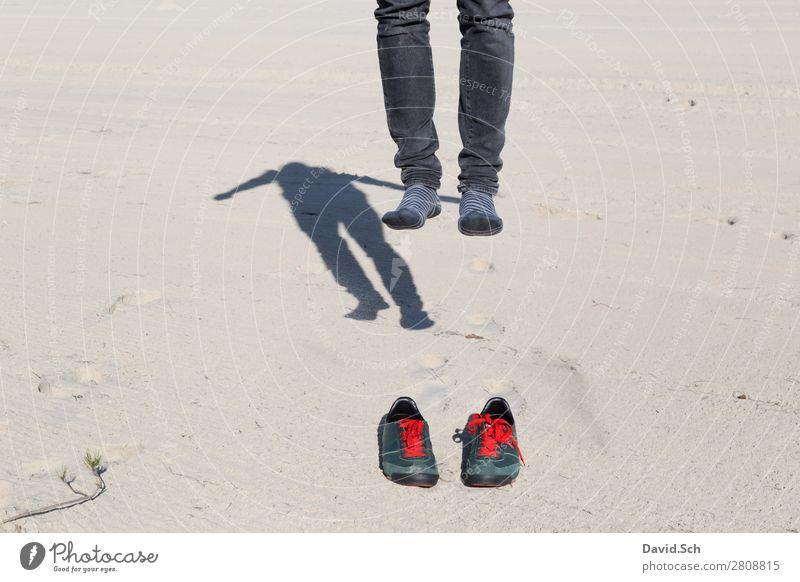 Abgehoben Mensch maskulin Mann Erwachsene 1 Sand Schuhe Turnschuh Bewegung fliegen springen außergewöhnlich verrückt grün rot Freude Boden Fuß abgehoben