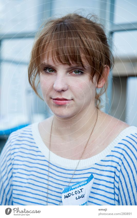 [b]lue feminin Junge Frau Jugendliche 1 Mensch 18-30 Jahre Erwachsene brünett Pony blau Farbfoto Außenaufnahme Tag Schwache Tiefenschärfe Porträt