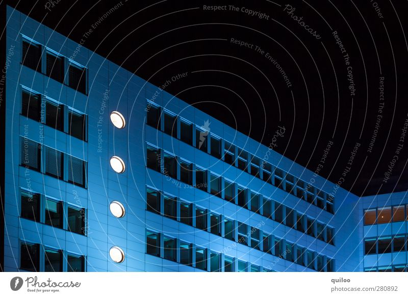 blue house Menschenleer Hochhaus Bauwerk Gebäude Architektur Bürogebäude Mauer Wand Fenster ästhetisch Erfolg blau schwarz weiß Kraft Sicherheit Schutz Business